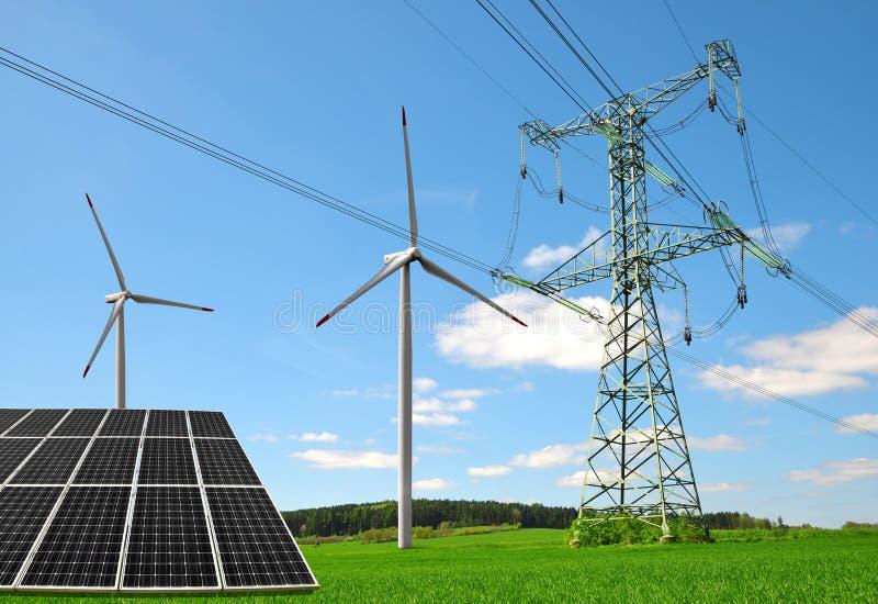 Panneau solaire avec les turbines de vent et le pylône de l'électricité sur le pré image stock