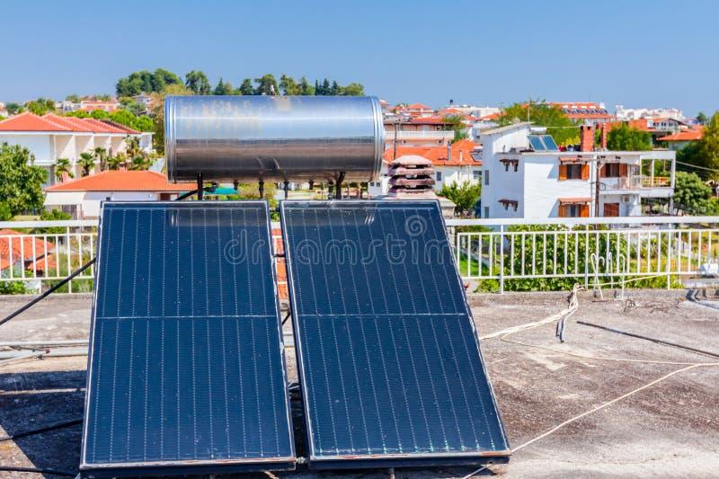 Panneau solaire, chauffe-eau sur le toit de maison, énergie verte photo stock