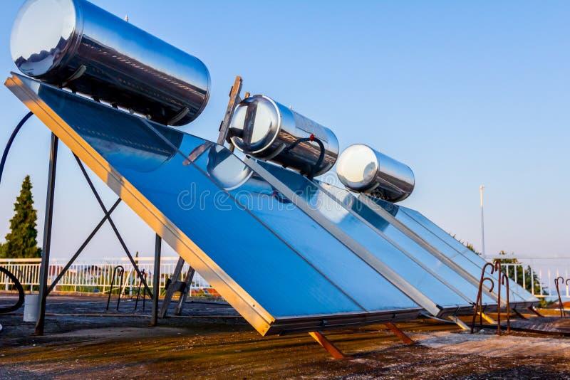 Panneau solaire, chauffe-eau sur le toit de maison, énergie verte photographie stock