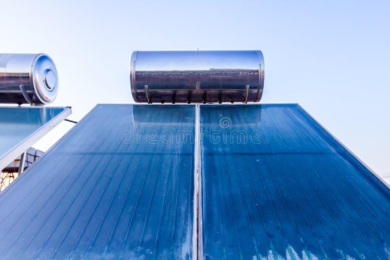 Panneau solaire, chauffe-eau sur le toit de maison, énergie verte photos stock