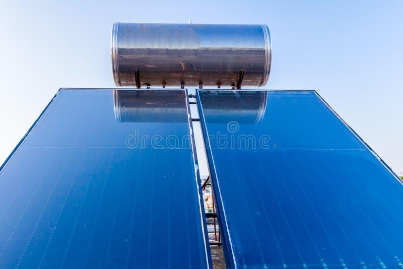 Panneau solaire, chauffe-eau sur le toit de maison, énergie verte images libres de droits