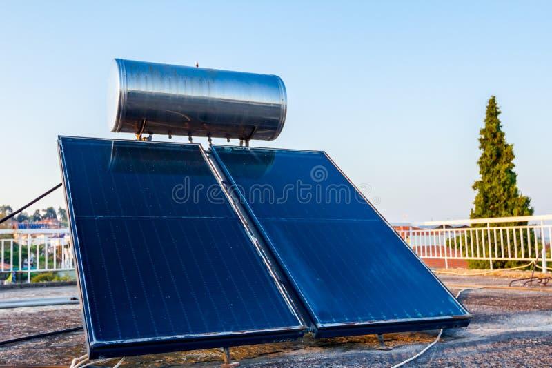 Panneau solaire, chauffe-eau sur le toit de maison, énergie verte photographie stock libre de droits