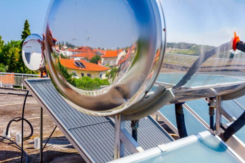 Panneau solaire, chauffe-eau sur le toit de maison, énergie verte photos libres de droits