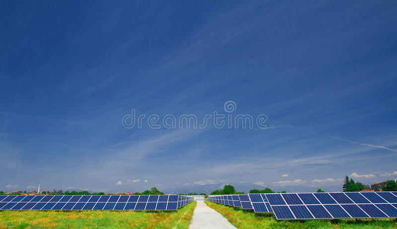 Panneau solaire dans un domaine images stock