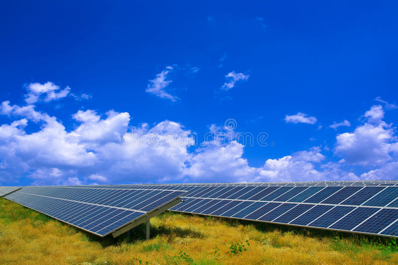 Panneau solaire dans un domaine image libre de droits