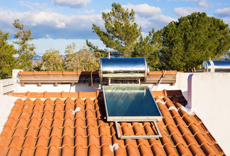 Panneau solaire domestique sur un toit, avec le ciel clair et sans nuages photographie stock