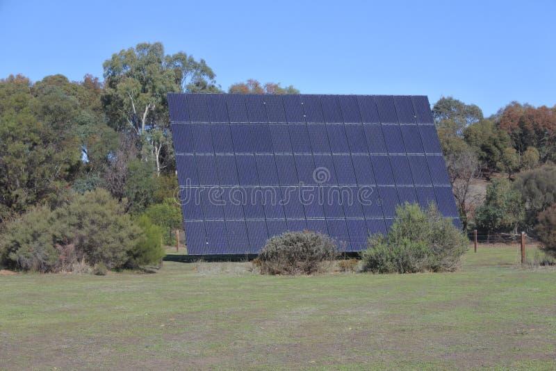Panneau solaire géant faisant face au soleil un jour ensoleillé dehors image libre de droits