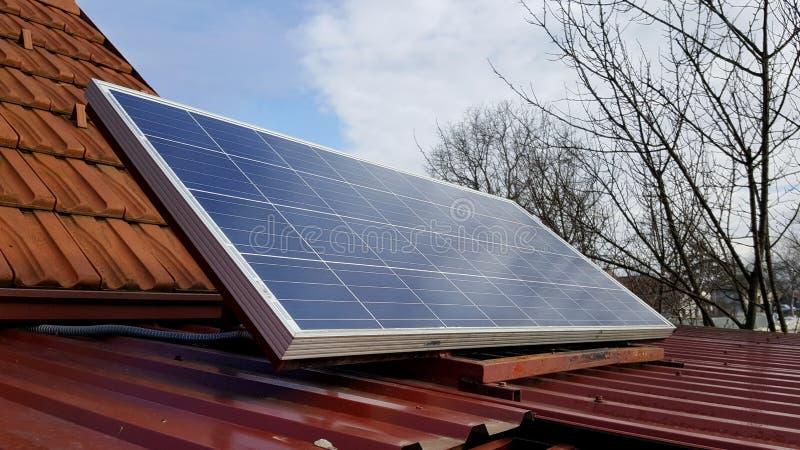 Panneau solaire monté sur le toit en métal photos stock