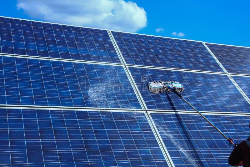 Panneau solaire, source alternative de l'électricité - concept des ressources viables, ceci les systèmes de piste du soleil, volo photographie stock