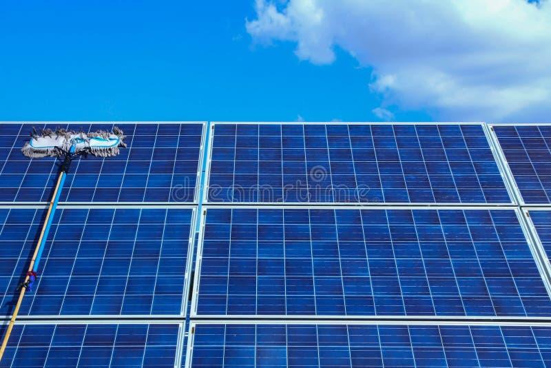 Panneau solaire, source alternative de l'électricité - concept des ressources viables, ceci les systèmes de piste du soleil, volo photos stock