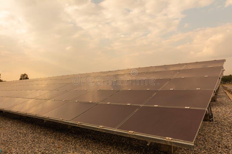 Panneau solaire, source alternative de l'électricité - le concept des ressources viables, et c'est le type mono de panneau solair photo stock