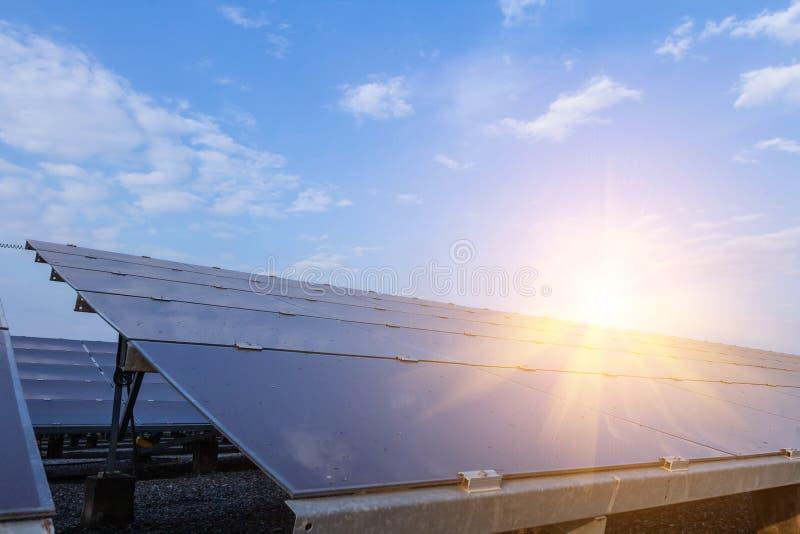 Panneau solaire, source alternative de l'électricité - le concept des ressources viables, et c'est le type mono de panneau solair images libres de droits