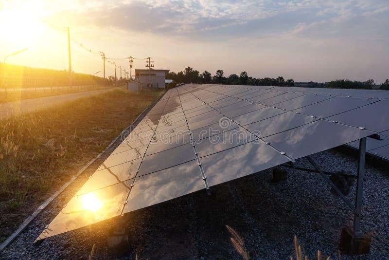 Panneau solaire, source alternative de l'électricité - le concept des ressources viables, et c'est le type mono de panneau solair image libre de droits