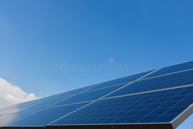 Panneau solaire, source alternative de l'?lectricit? - le concept des ressources viables, et c'est un nouveau syst?me qui peut se image libre de droits