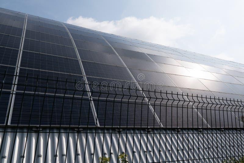 Panneau solaire sur établir le fond de coucher du soleil de ciel bleu image libre de droits