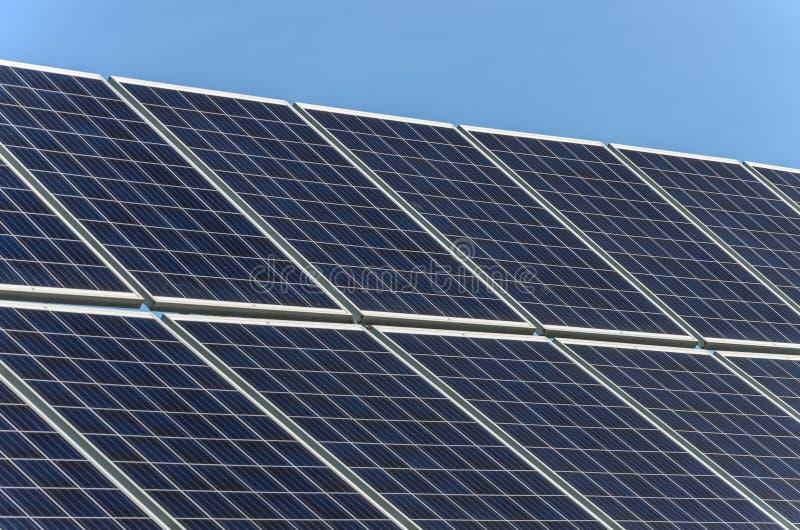 Panneau solaire sur le toit d'une maison contre le ciel bleu photographie stock libre de droits