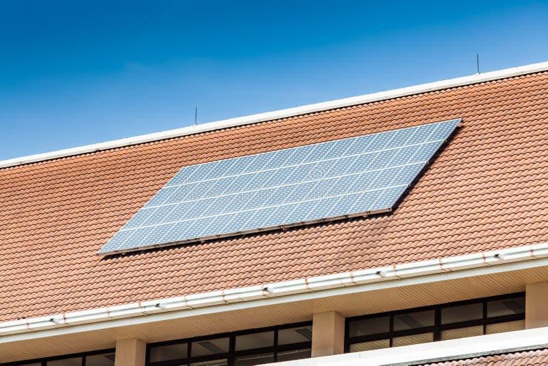panneau solaire sur le toit de l 39 immeuble de bureaux image stock image du r sidentiel propre. Black Bedroom Furniture Sets. Home Design Ideas