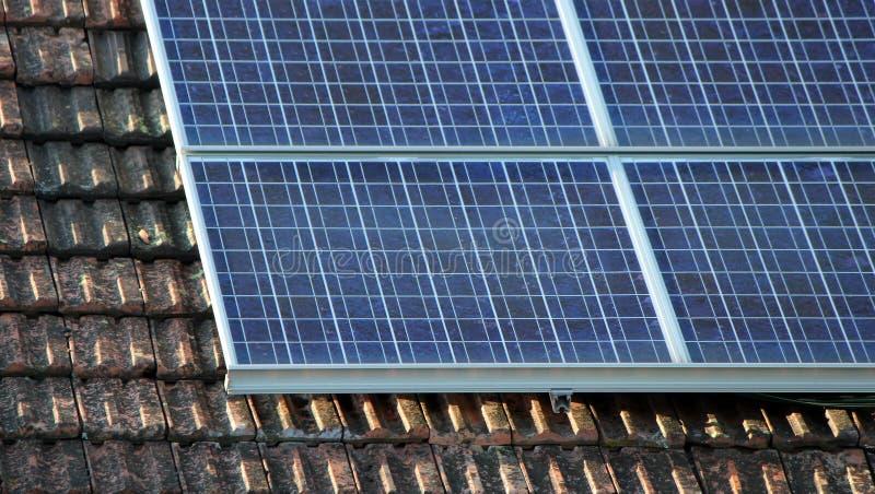 Panneau solaire sur le vieux toit photo libre de droits