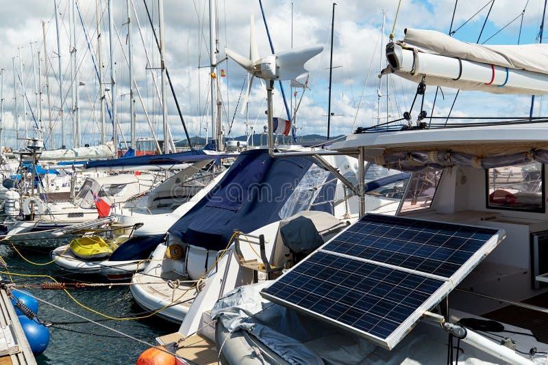 Panneau solaire sur un yacht amarré dans le port photos stock