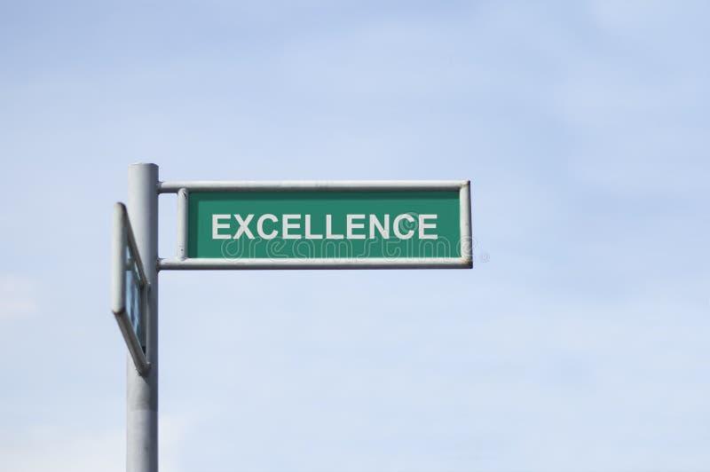 Panneau vert de plaque de rue avec l'excellence de nom images stock
