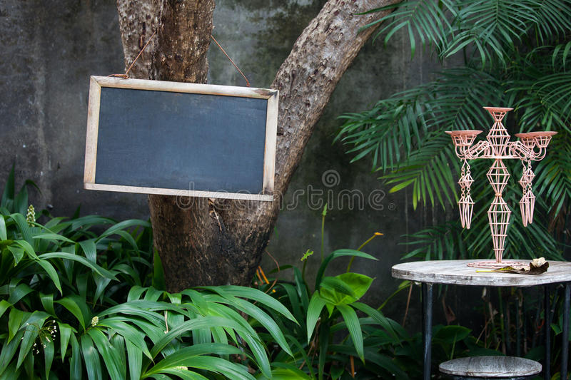 Download Panneau Vide De Menu Sur L'arbre Dans Le Restaurant Ou Le Café De Jardin Photo stock - Image du vide, bench: 87708196