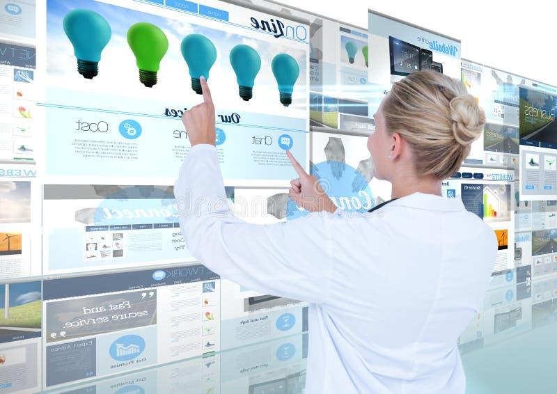 panneaux avec des sites Web (bleus) avec le docteur de jeune femme photographie stock libre de droits