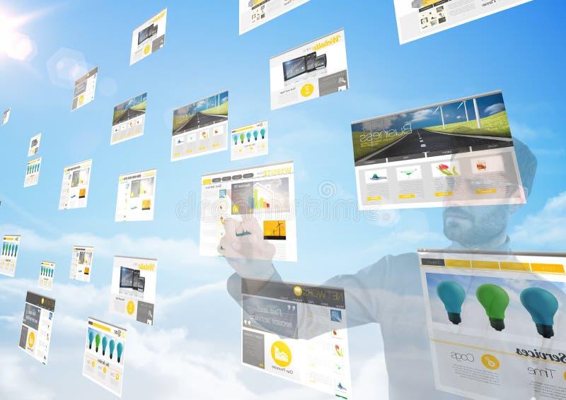 panneaux avec des sites Web (jaune) dans le ciel devant un homme faisant des choses là-dessus photographie stock libre de droits