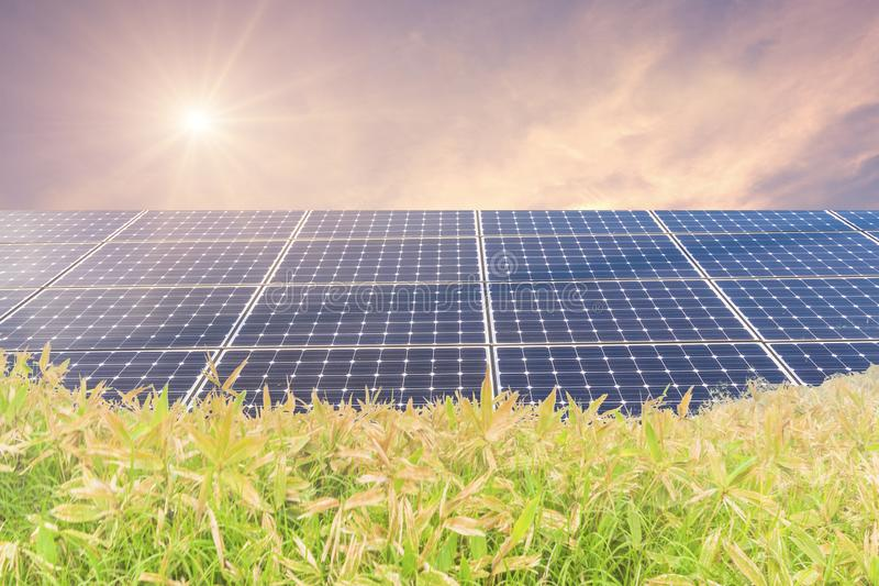 Panneaux d'énergie solaire pour l'énergie verte d'innovation pendant la vie avec des montagnes avec le lever de soleil images stock