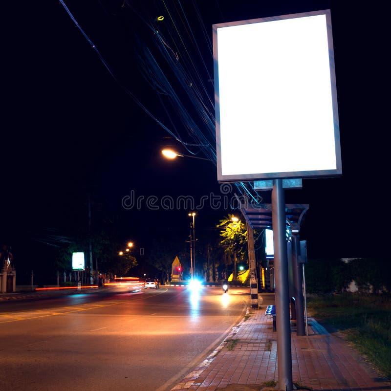 Panneaux d'affichage à la route latérale dans la nuit images libres de droits