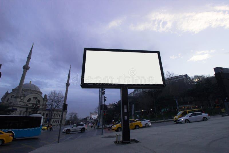 Panneaux d'affichage de blanc d'Istanbul même le temps - nuit pour la publicité image stock