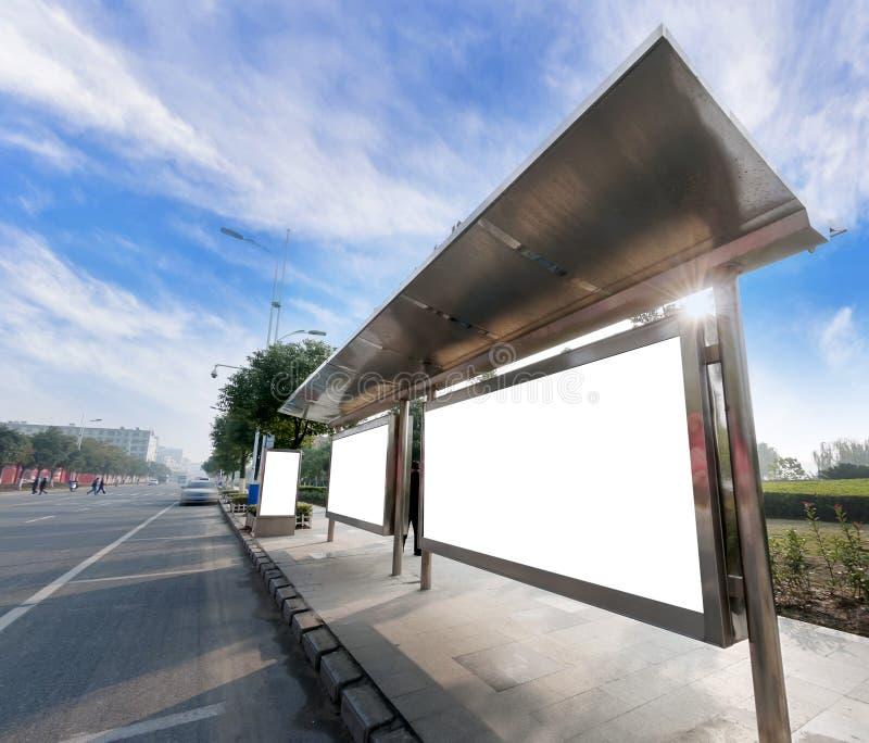 Panneaux d'affichage de bord de la route de mA sous le ciel bleu photo libre de droits