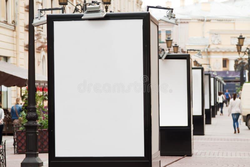 Panneaux d'affichage vides à la rue de ville photo libre de droits