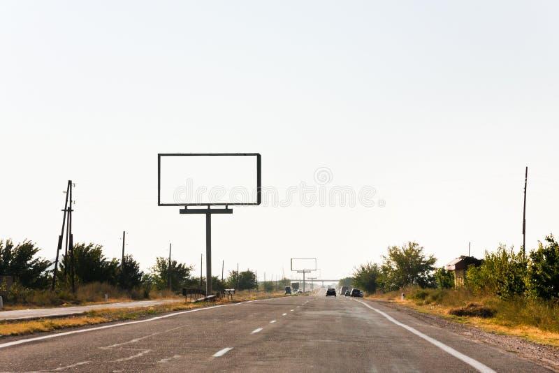 Panneaux d'affichage vides de bord de la route le long de route photos libres de droits