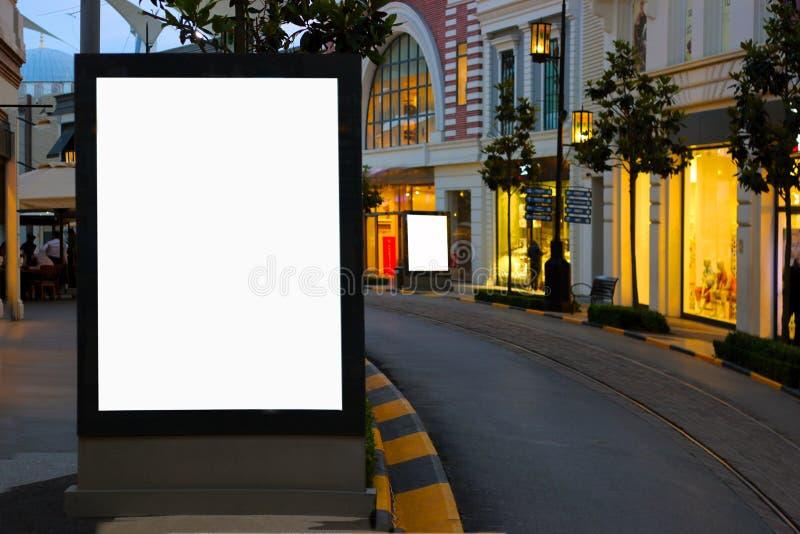 Panneaux d'affichage vides d'Istanbul pour annoncer le temps de soirée d'affiche photos libres de droits
