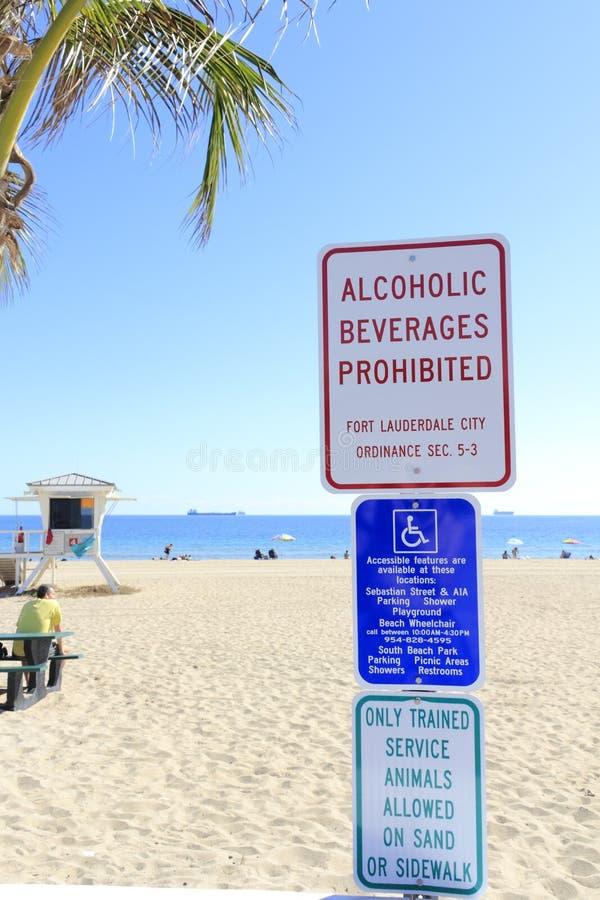 Panneaux d'avertissement à la plage photos stock