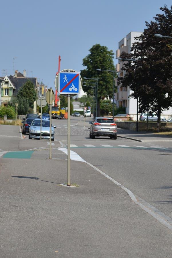 Panneaux d'avertissement du trafic pour des conducteurs et des piétons photo stock