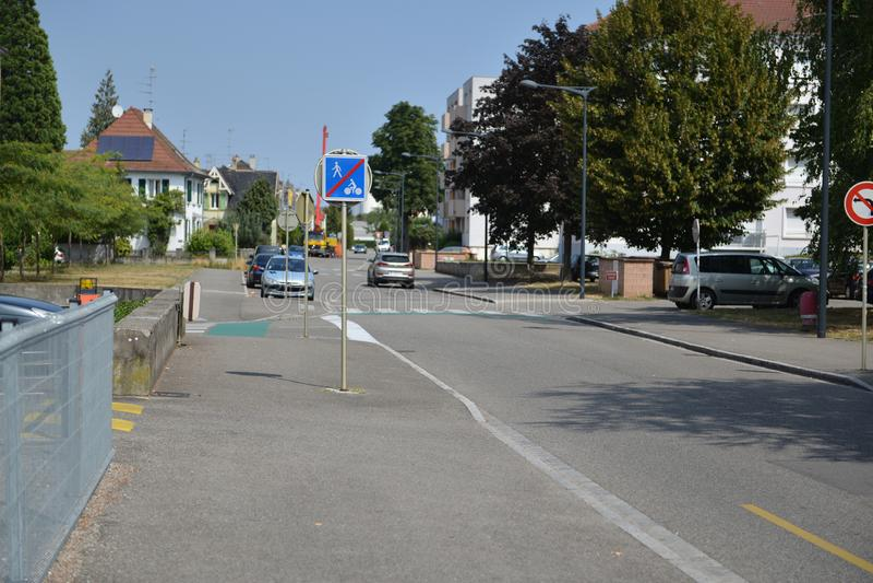 Panneaux d'avertissement du trafic pour des conducteurs et des piétons images stock