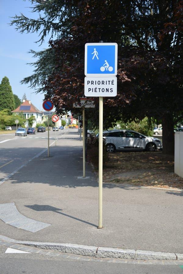 Panneaux d'avertissement du trafic pour des conducteurs et des piétons photo libre de droits