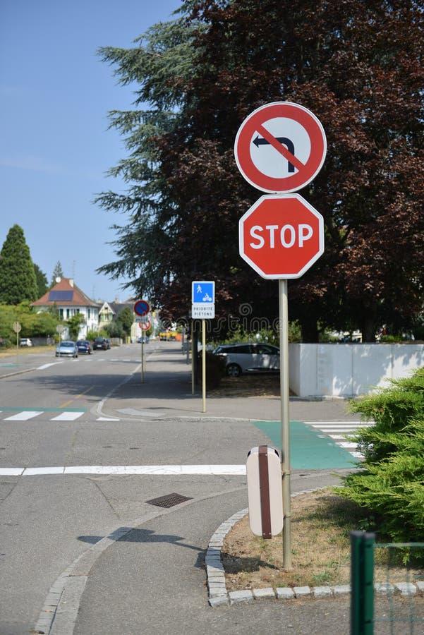 Panneaux d'avertissement du trafic pour des conducteurs et des piétons image libre de droits