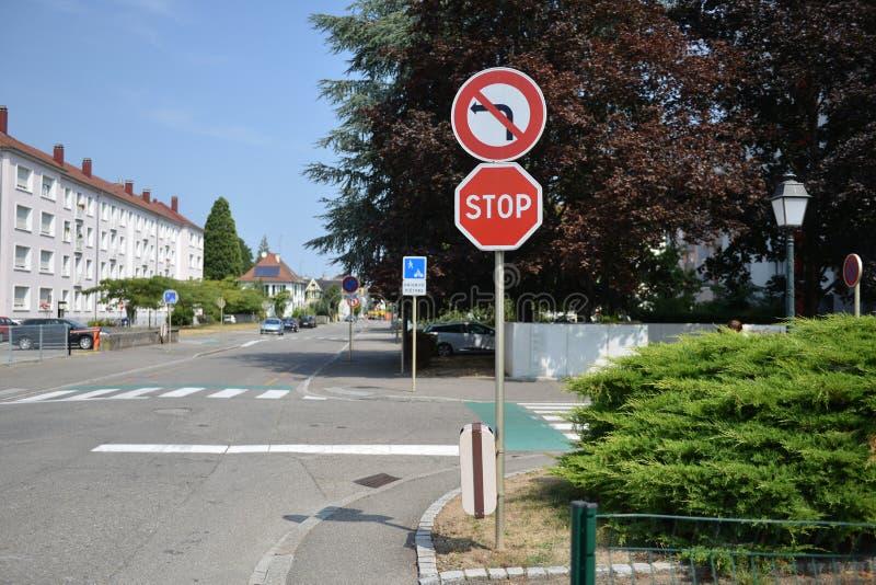 Panneaux d'avertissement du trafic pour des conducteurs et des piétons photographie stock