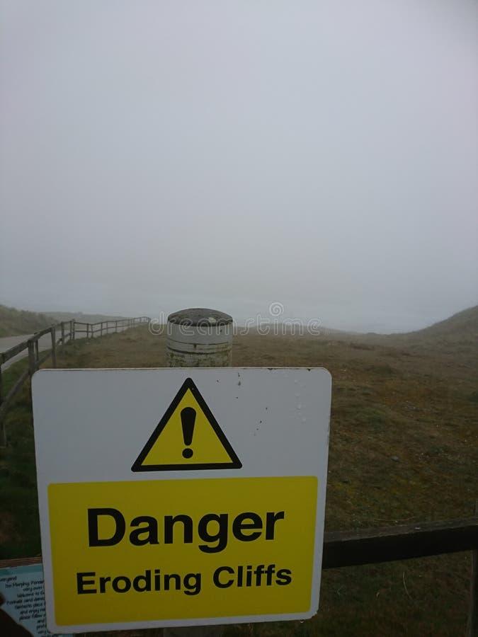 Panneaux d'avertissement Faites attention en marchant, des clifs de dander, érodant des falaises Vacances des Cornouailles Perran photos stock