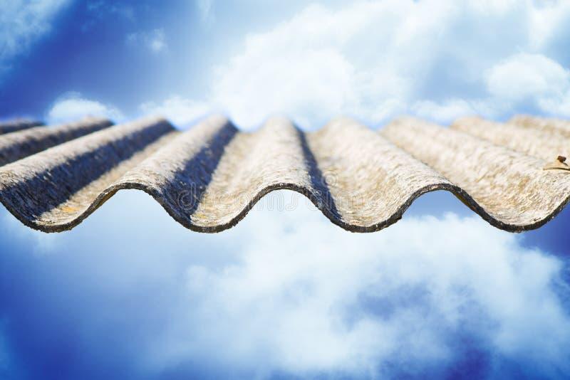 Panneaux dangereux de toit d'amiante - un des matériaux les plus dangereux dans l'industrie du bâtiment - image de concept sur le photos stock