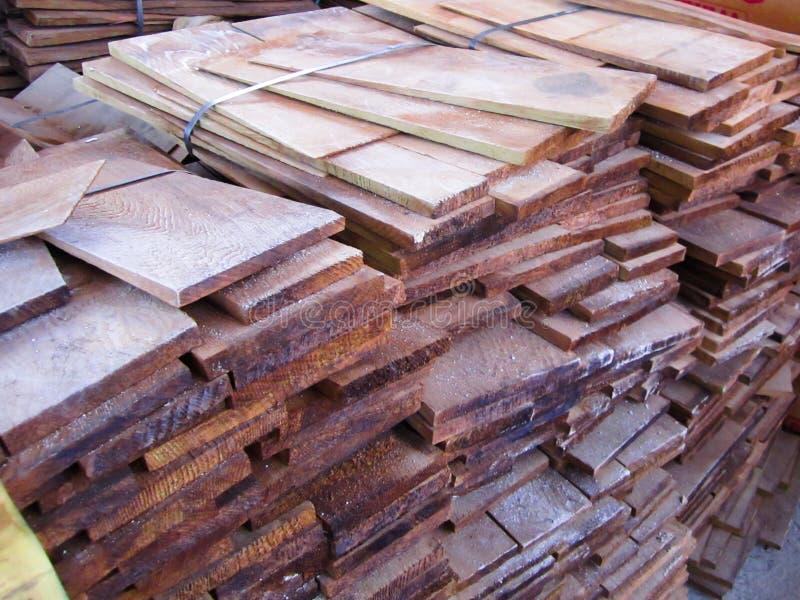 panneaux de cèdre pour la construction un toit, bois pour la construction images stock