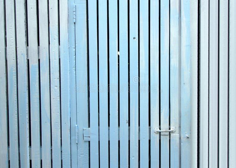 Panneaux de porte et une clôture blanche avec la texture bleue ou en bois photo stock