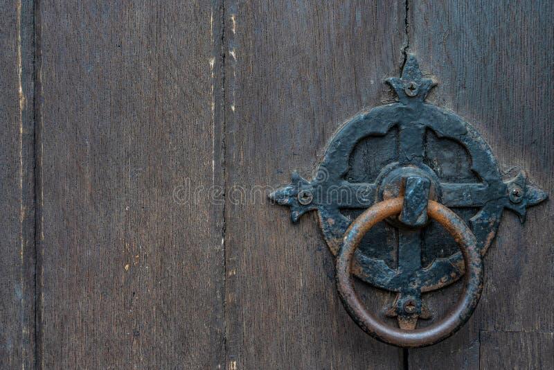 Panneaux de porte de noir de cru avec le heurtoir antique - texture/fond de haute qualité photo stock