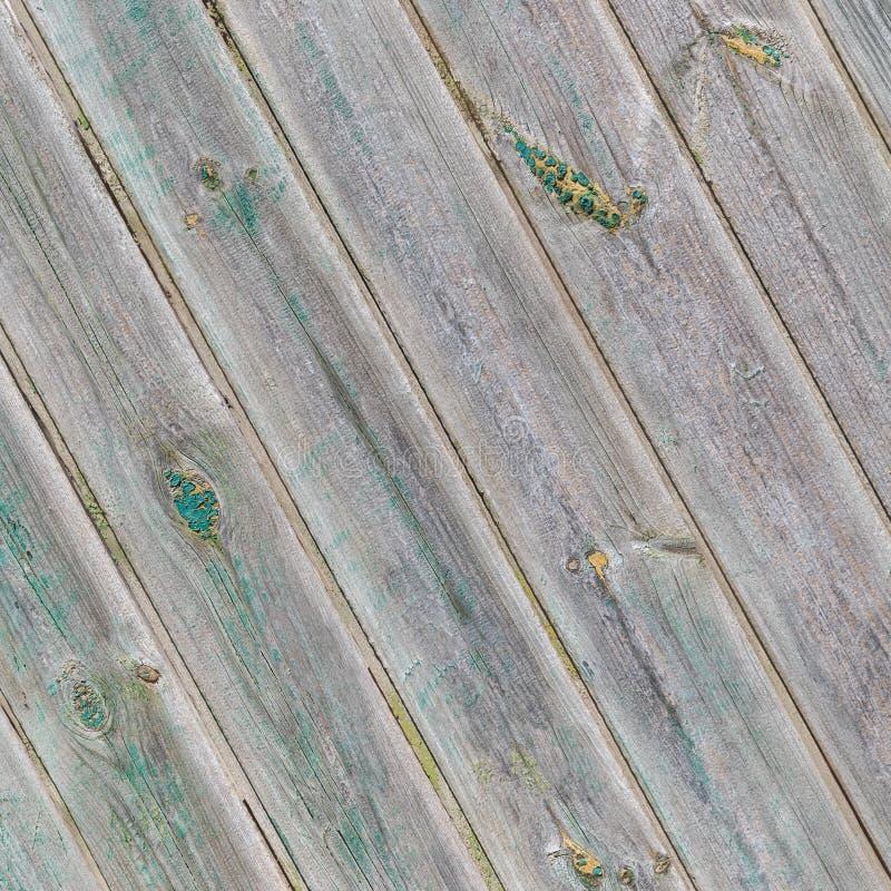 Panneaux en bois diagonaux gris de vintage avec les restes de la peinture verte images libres de droits