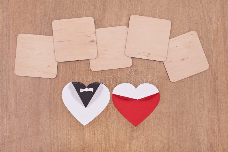 Panneaux en bois vides avec des coeurs photos libres de droits