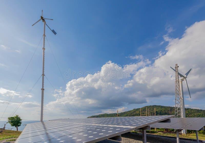 Panneaux et turbine de vent à énergie solaire à Phuket, Thaïlande image libre de droits
