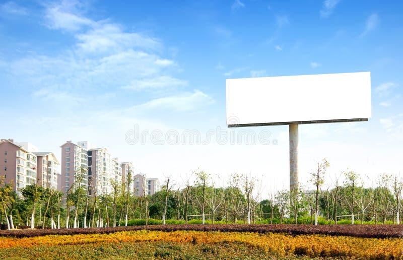 Panneaux-réclame à l'intérieur du stationnement image stock