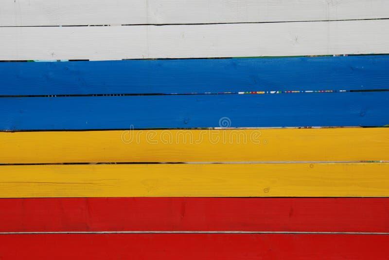 Panneaux rouges, jaunes et bleus de planche en bois peinte, éléments colorés photographie stock